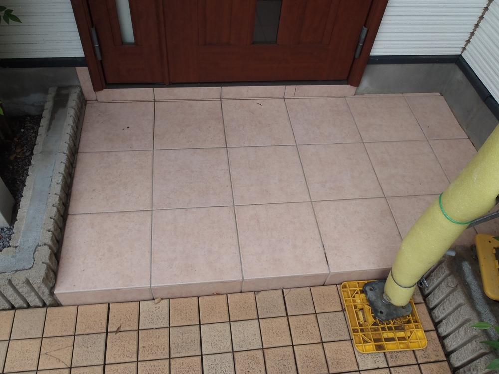 高圧水洗浄後の玄関ポーチ