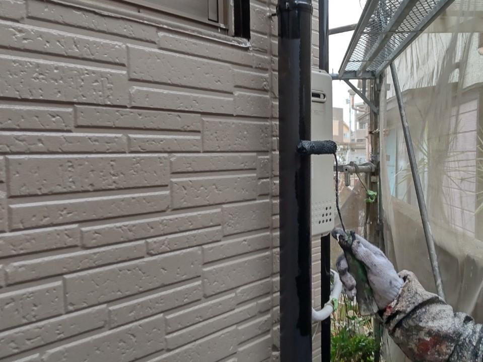 伊奈町外壁塗装工事中の雨樋の塗装