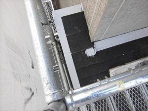 下屋根の鉄部の下塗り