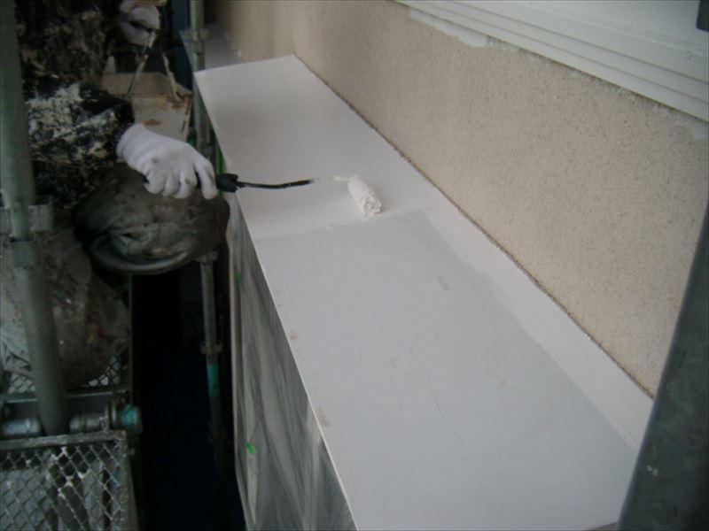 庇の下塗り作業