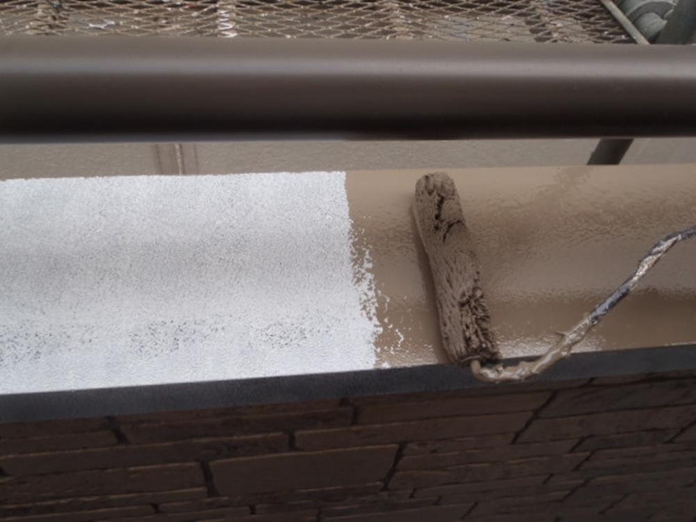 春日部市で鉄部ベランダ笠木中塗り塗装