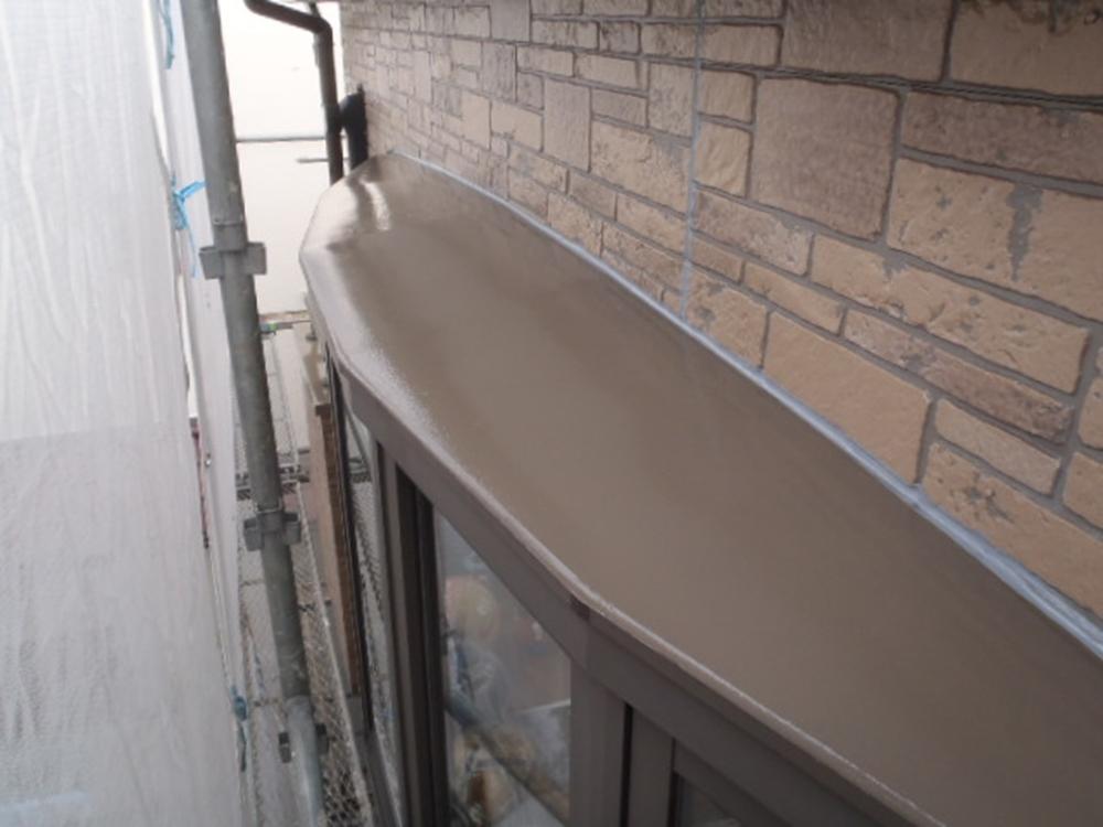 出窓の庇上塗り塗装完了
