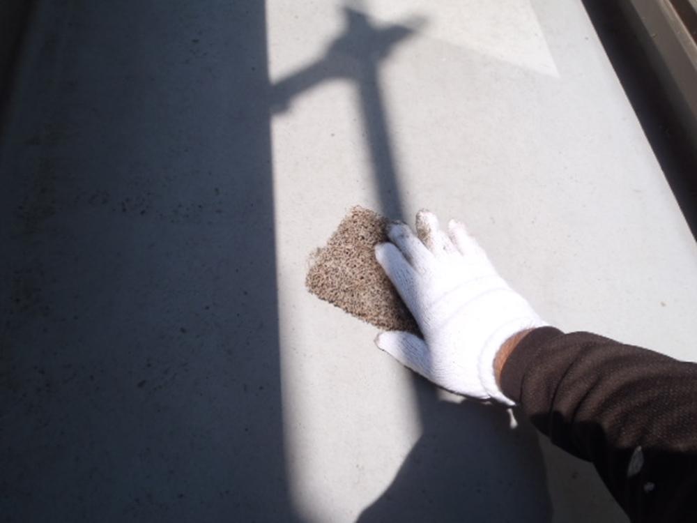 ベランダFRP防水トップコート塗り替えの為にケレン作業