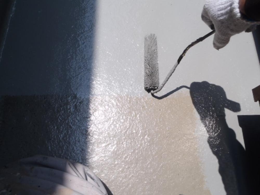 ベランダ防水中塗りのプライマー塗布