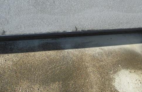 防水塗装のため高圧洗浄した陸屋根