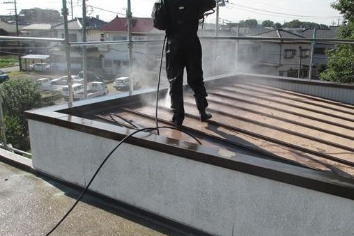 陸屋根塗装のため高圧洗浄