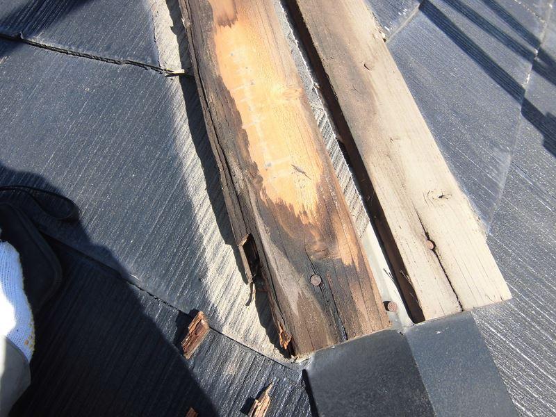 腐ってしまった棟板金の貫板