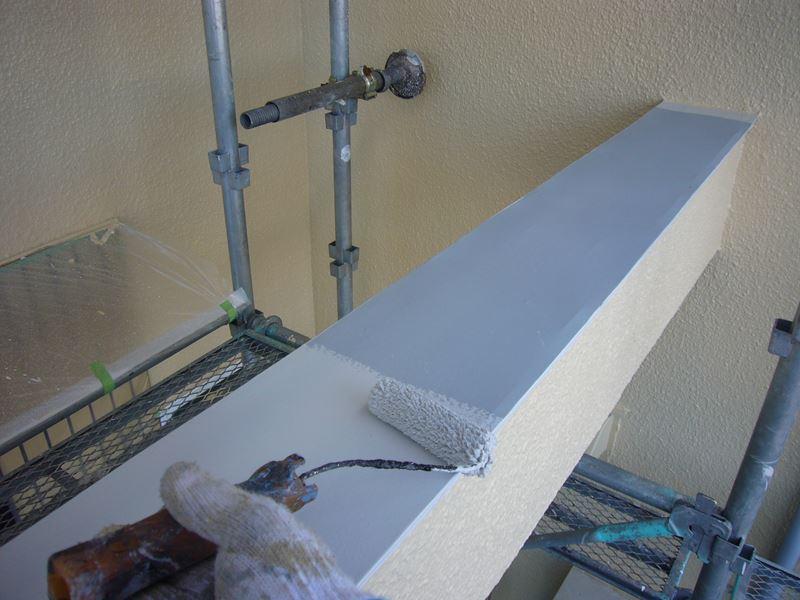 玄関ポーチ上の躯体補強柱塗装
