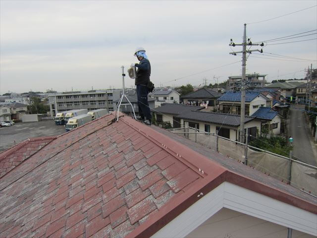 屋根上で新しいアンテナ取り付け作業