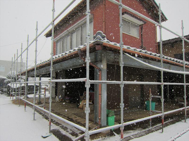 雪が降ってきた足場