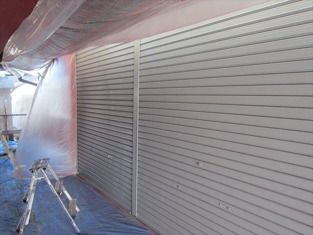 倉庫シャッター吹き付け塗装中塗り2