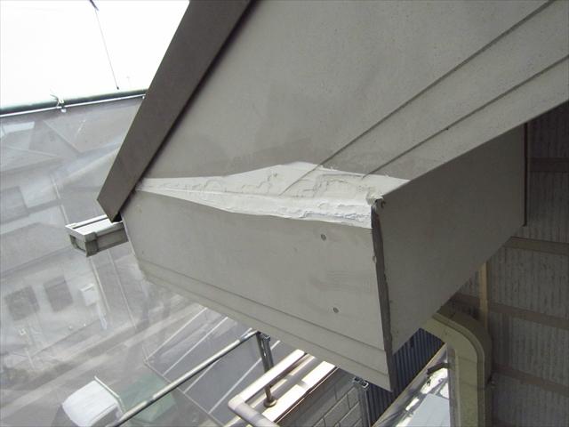 破風板の破損個所を補修