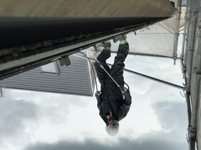 スレート屋根で高圧洗浄作業