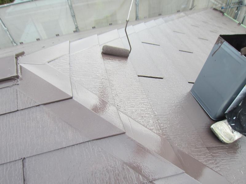 スレート屋根を「サーモアイ4F」で上塗り作業