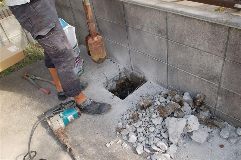 砕いたコンクリートを抱きスコップで除去