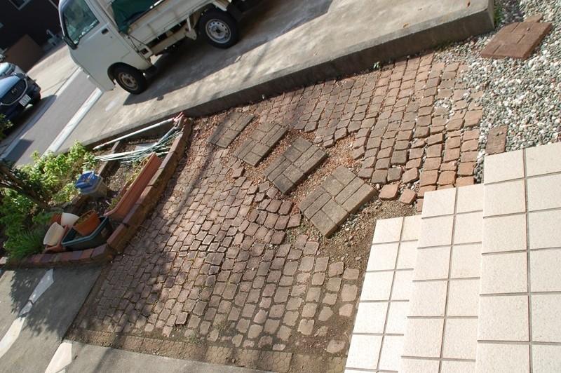補修前の駐車場脇