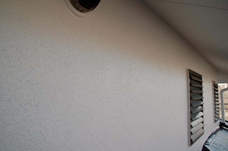 「超低汚染リファインSi-IR」クールホワイトで外壁上塗り