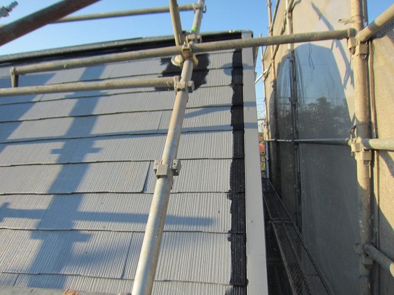 スレート屋根「スーパーシャネツサーモSi」でスレート屋根の端を塗装