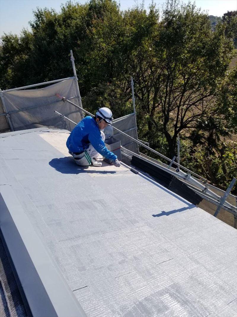 スレート屋根のサーモテックシーラーで下塗り作業