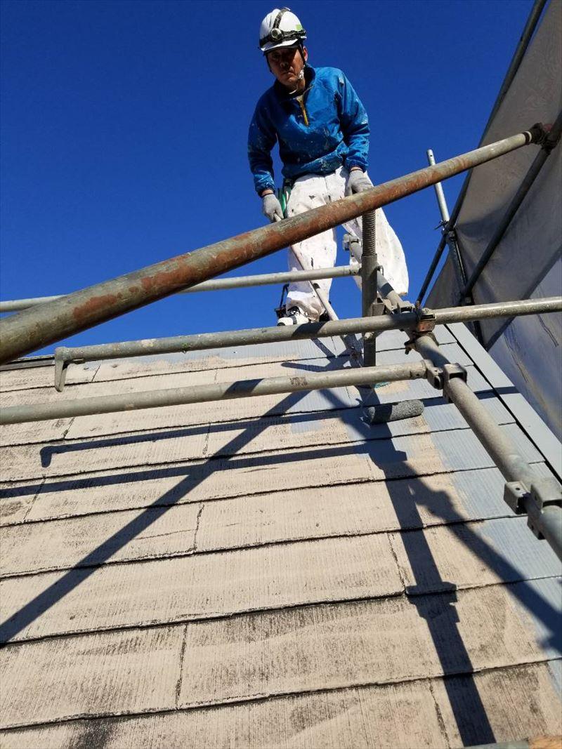 スレート屋根をサーモテックシーラーで下塗り作業