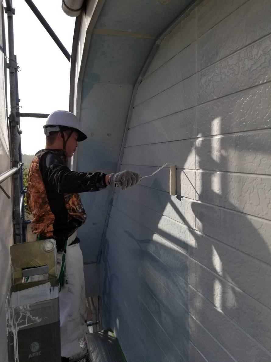サイディング外壁をローラーで下塗り塗装