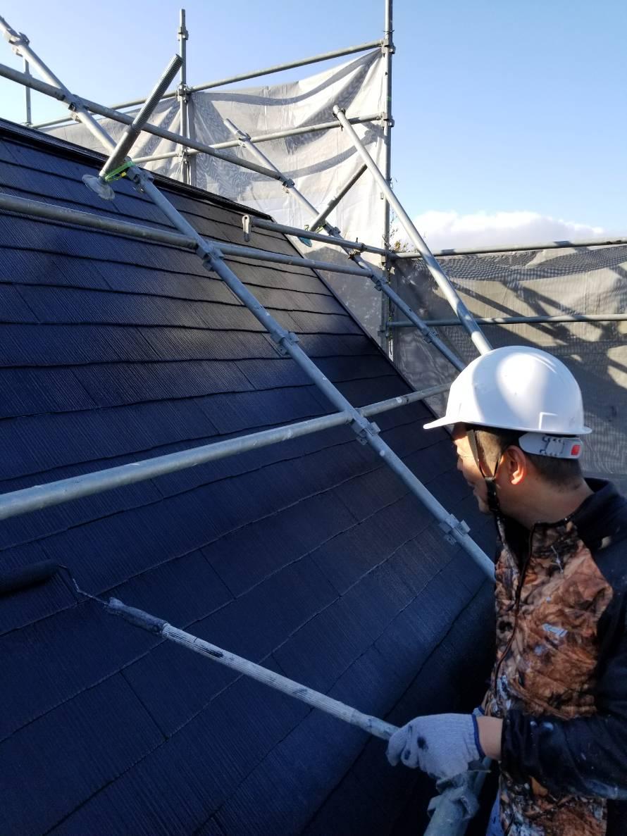 ローラーで屋根の塗装