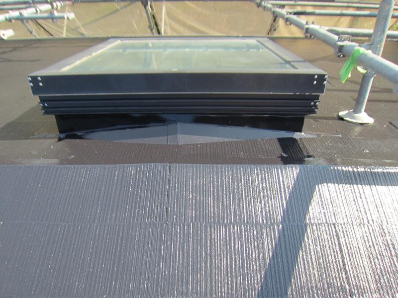 遮熱塗料上塗りをして艶が出たスレート屋根