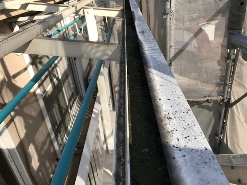 ごみが詰まったベランダ屋根の枠