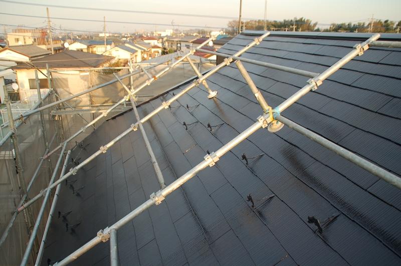 西側から上塗り完了の屋根北面を