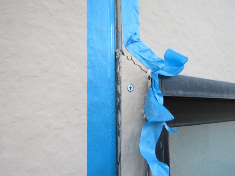 サッシ脇の外壁亀裂