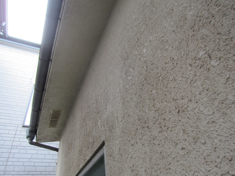 軒天とモルタル外壁の劣化
