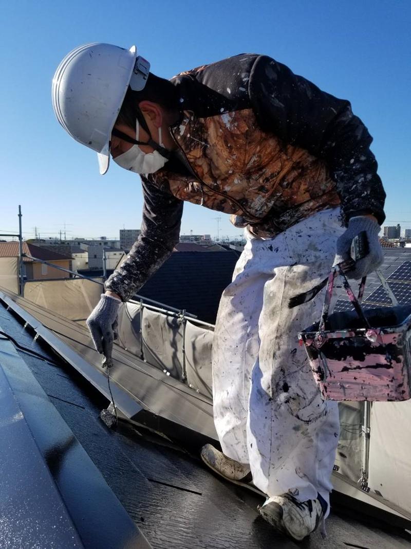 屋根小さいローラーで上塗り
