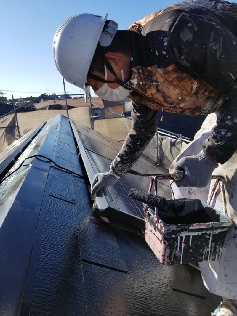 スレート屋根刷毛で上塗り