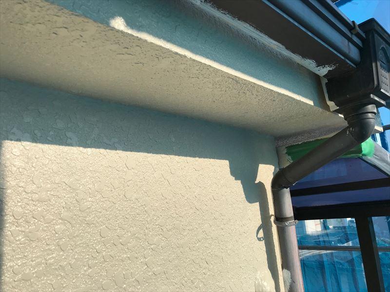 モルタル外壁「超低汚染リファインSi-IR」で中塗り完了