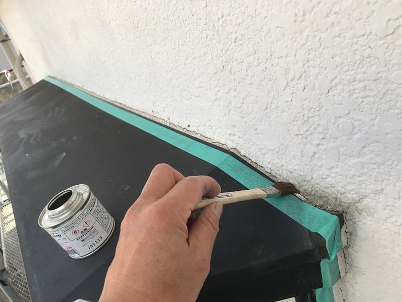 出窓枠シーリング増し打ちのプライマー塗布