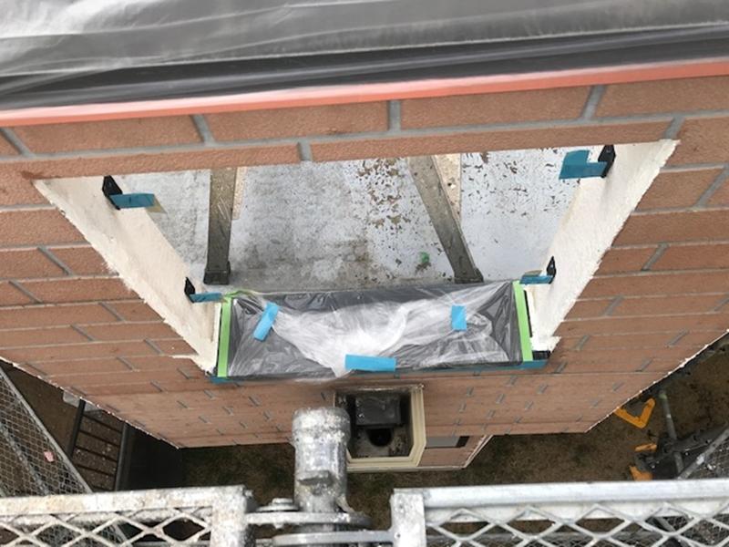 小枠が取り除かれたベランダ外壁