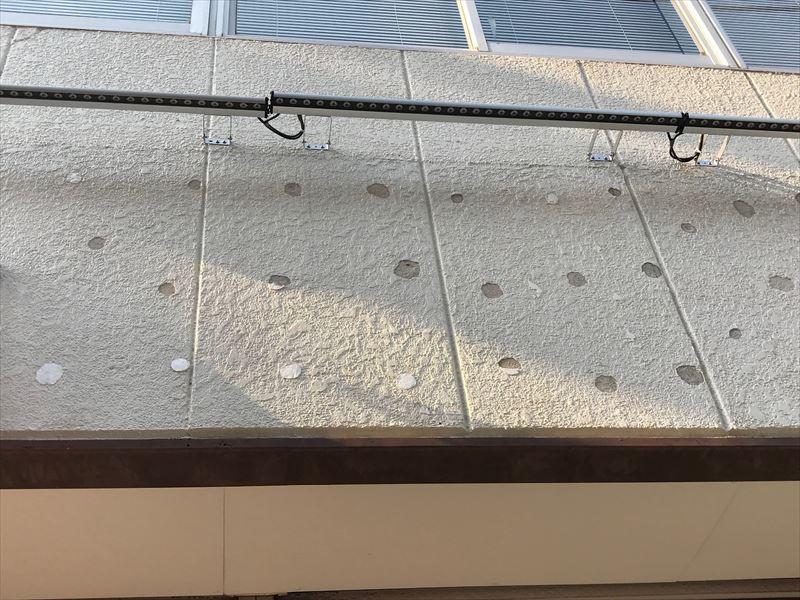 補修前の看板を外した後の外壁