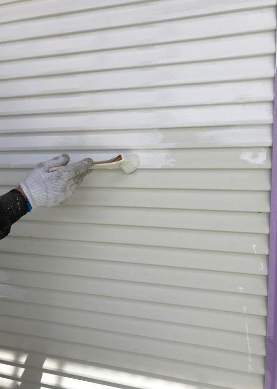 刷毛で横方向に雨戸塗装