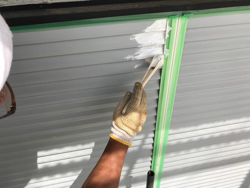 雨戸塗装の下塗り作業