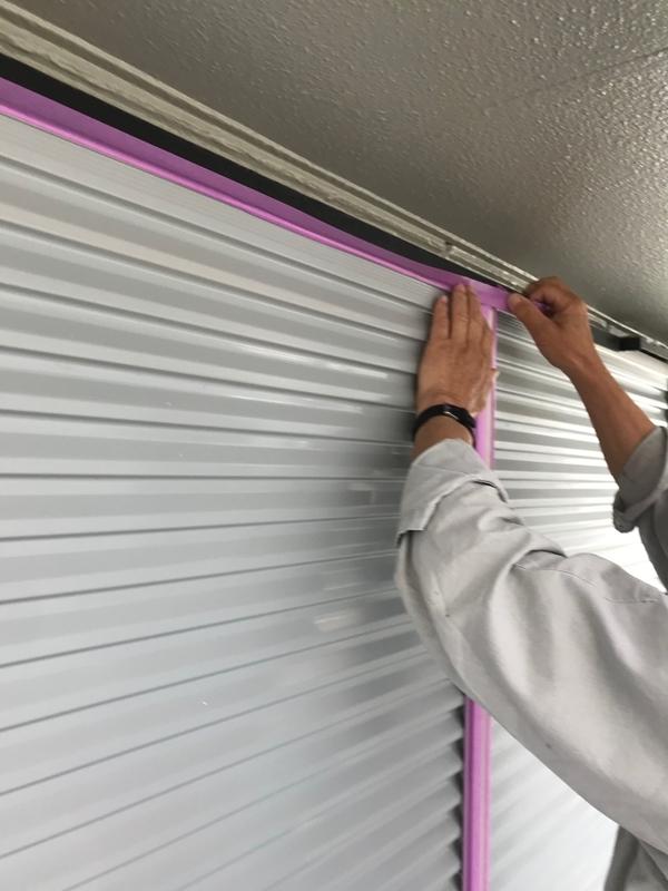 雨戸塗装の為の養生作業