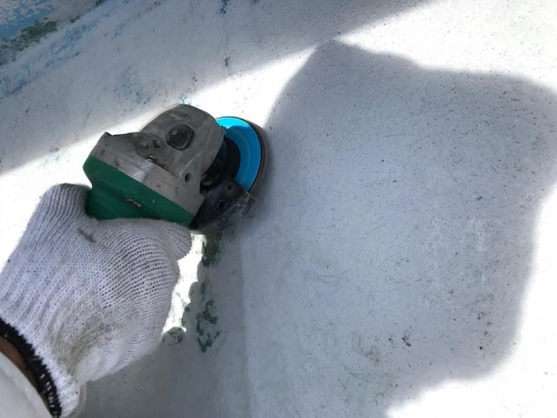 サンダーでベランダ表面ケレン作業