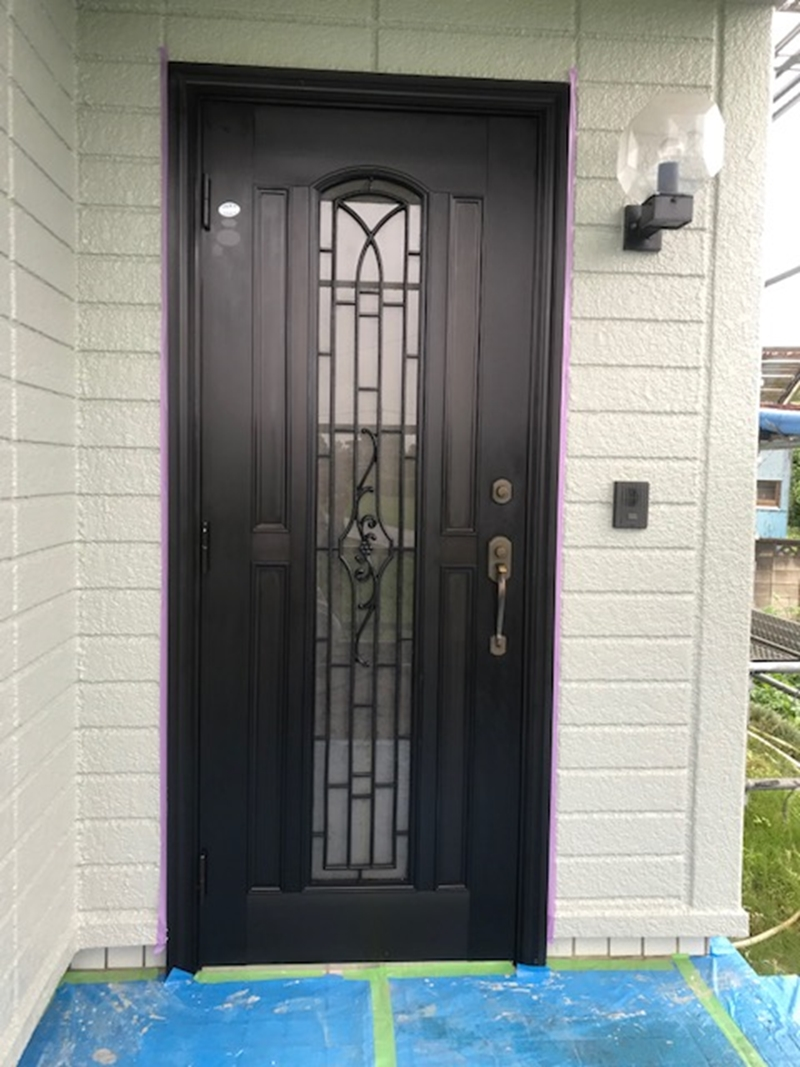 金属コーティング後の玄関ドア