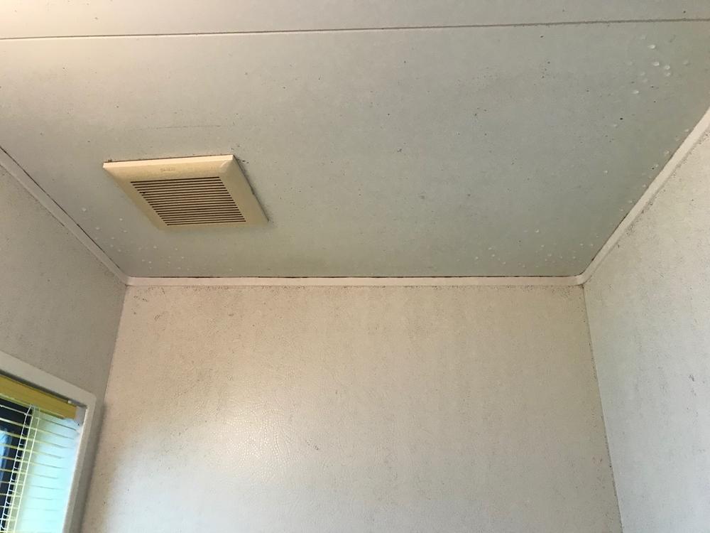 伊奈町で浴室の天井と壁を防水塗装です。今日はその前に換気扇交換
