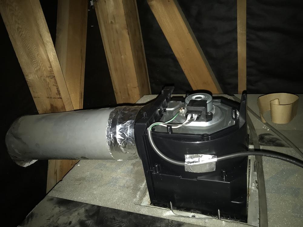 新しく交換した浴室換気扇天井側