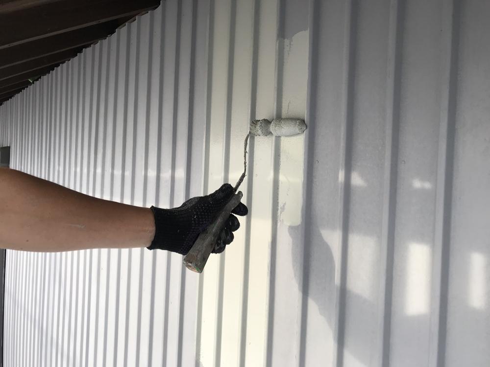 トタン外壁の中塗り