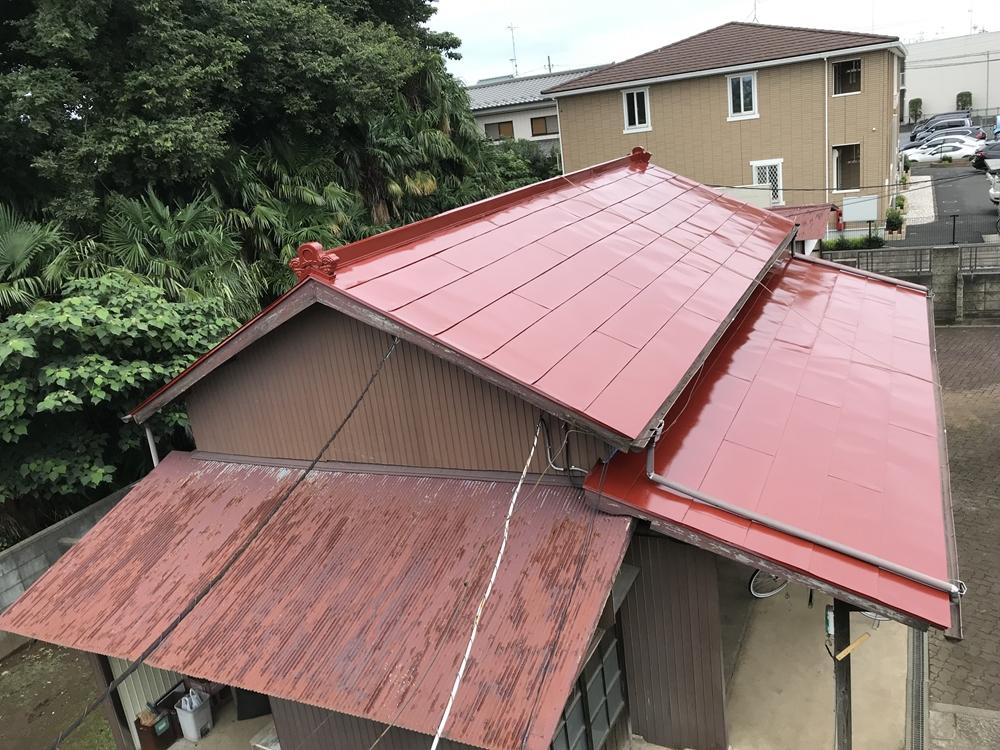 高耐久性シリコン塗料でトタン屋根の中塗り