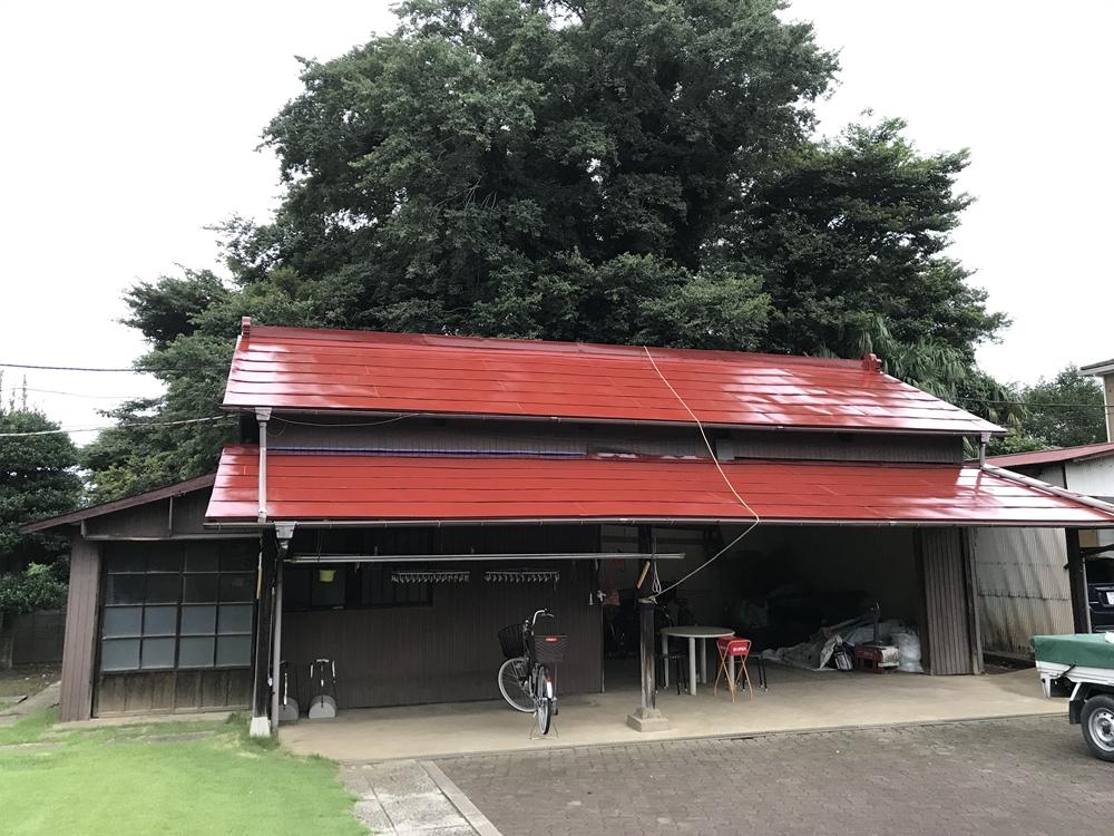 高耐久性シリコン塗料でトタン屋根の中塗り終了した倉庫