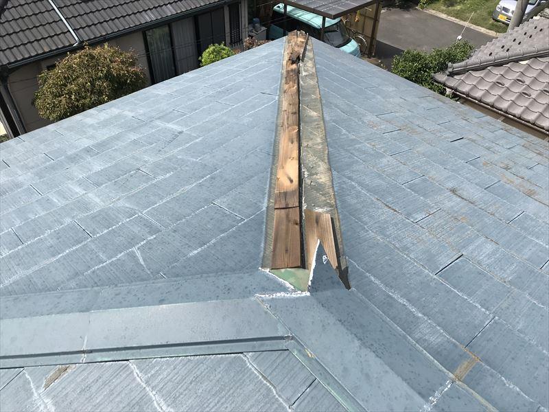 伊奈町強風でスレート屋根貫板棟板金落下