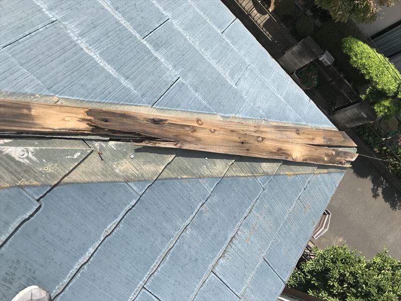 伊奈町強風でスレート屋根貫板棟包み落下