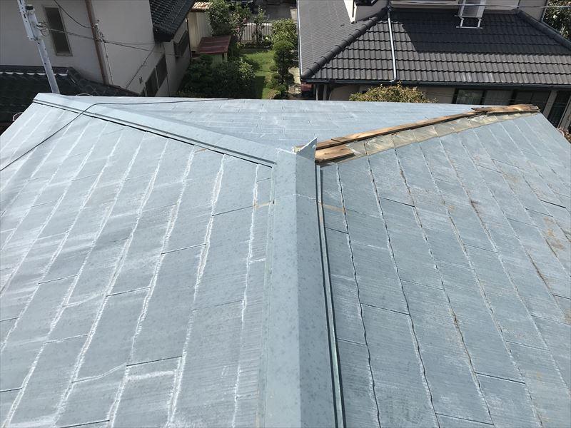 伊奈町台風で棟板金剥落の屋根全体